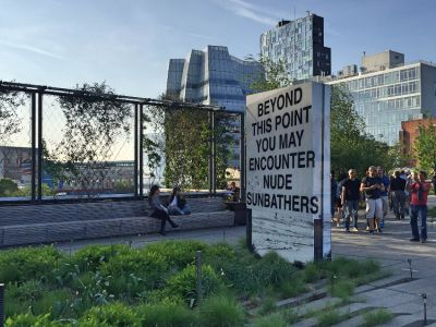 Highline Park Schild: Beyond this point you may encounter nude sunbathers.